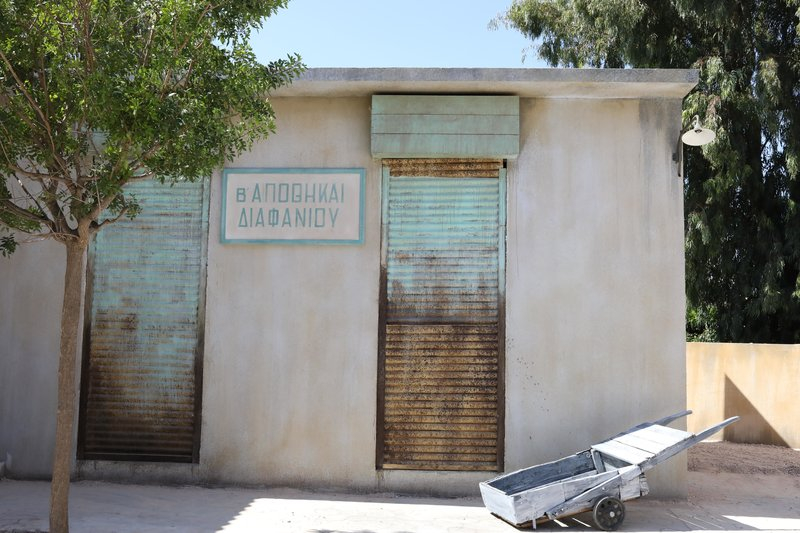 Μια αποθήκη στον κεντρικό δρόμο του χωριού όπου διαδραματίζεται η σειρά «Άγριες Μέλισσες»
