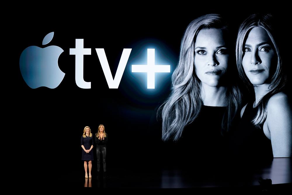 Η Ρις Γουίδερσπουν και η Τζένιφερ Ανιστον σε εκδήλωση της Apple