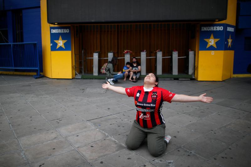 Εξω από το γήπεδο της Μπόκα γυναίκα γονατίζει για τον Ντιέγκο