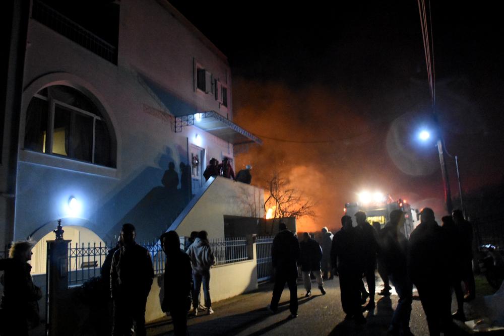 Κάτοικοι στον δρόμο λόγω φωτιάς