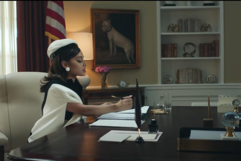 Ασπρόμαυρο σύνολο με αισθητή '60s για την Αριάνα Γκράντε στο Οβάλ Γραφείο