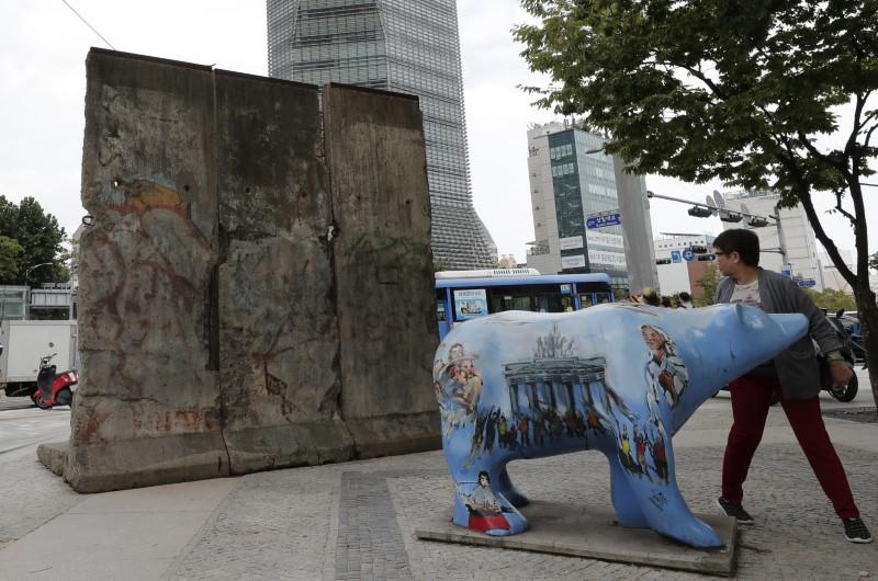 Αρκούδα μπροστά από τμήμα Τείχος του Βερολίνου