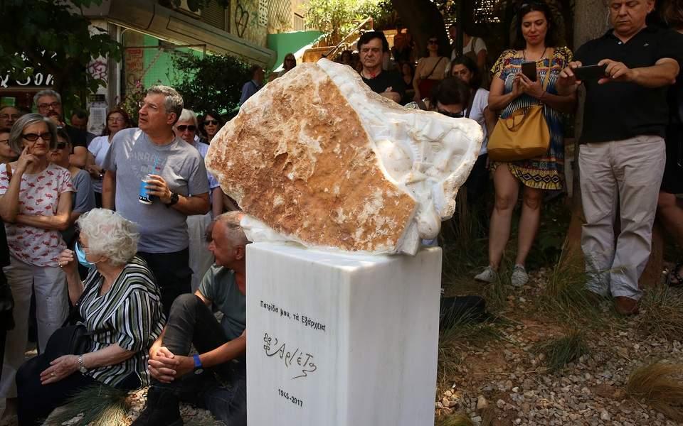 Το παράξενο γλυπτό στη μνήμη της Αρλέτας -Ο ίδιος γλύπτης έκανε το «μνημείο νεκρών της ΕΡΤ»....