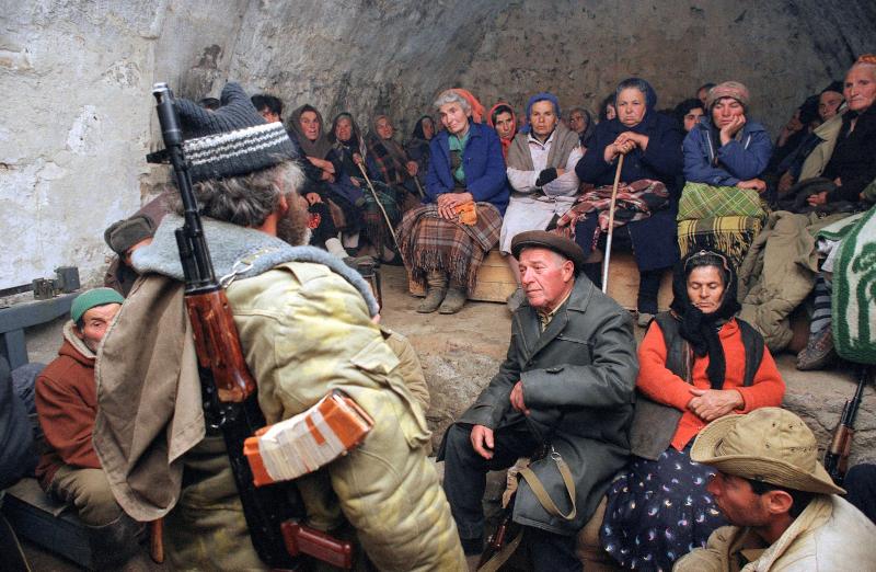 Aρμένιοι πρόσφυγες καταφεύγουν στο υπόγειο της ερειπωμένης εκκλησίας στο χωριό Khzadberd στο Ναγκόρνο Καραμπάχ