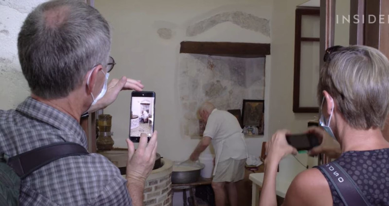 Τουρίστες συρρέουν στην επιχείρησή του για να τραβήξουν φωτογραφίες και να δοκιμάσουν τα γλυκά που πουλάει