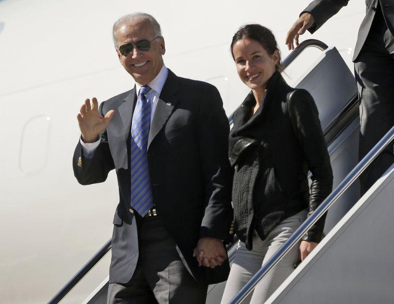 Η Ασλεϊ συνοδεύοντας τον αντιπρόεδρο τότε πατέρα της σε ταξίδι με το Αir Force One το 2012