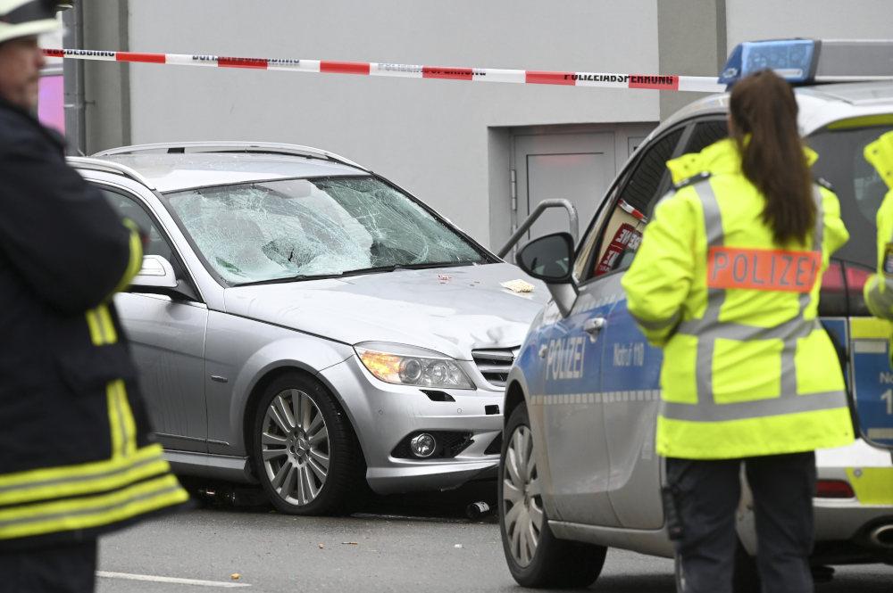 Η ασημί Μερσέντες που έπεσε πάνω σε πολίτες στο Καρναβάλι της πόλης Φολκμάρσεν της Γερμανίας