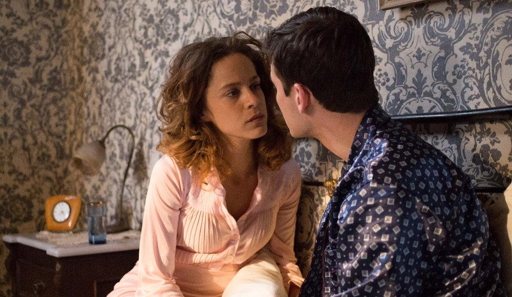 Ο Νικηφόρος προσπαθεί να πείσει την Ασημίνα να φύγουν για Παρίσι στις Άγριες Μέλισσες