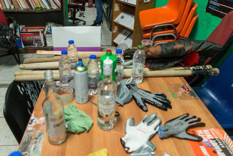 Μπουκάλια, γάντια και ξύλα σε τραπέζι