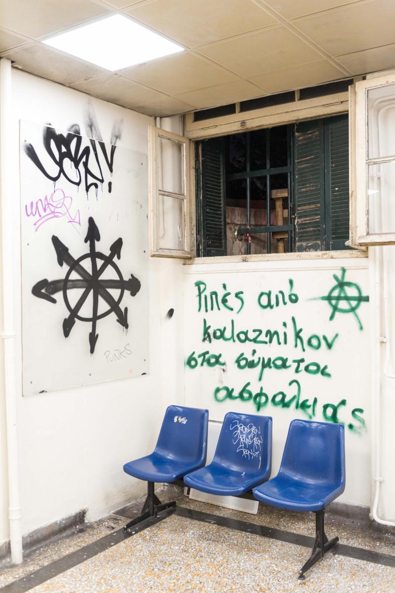 Σύνθημα κατά σωμάτων ασφαλείας με πράσινη μπογιά σε τοίχο