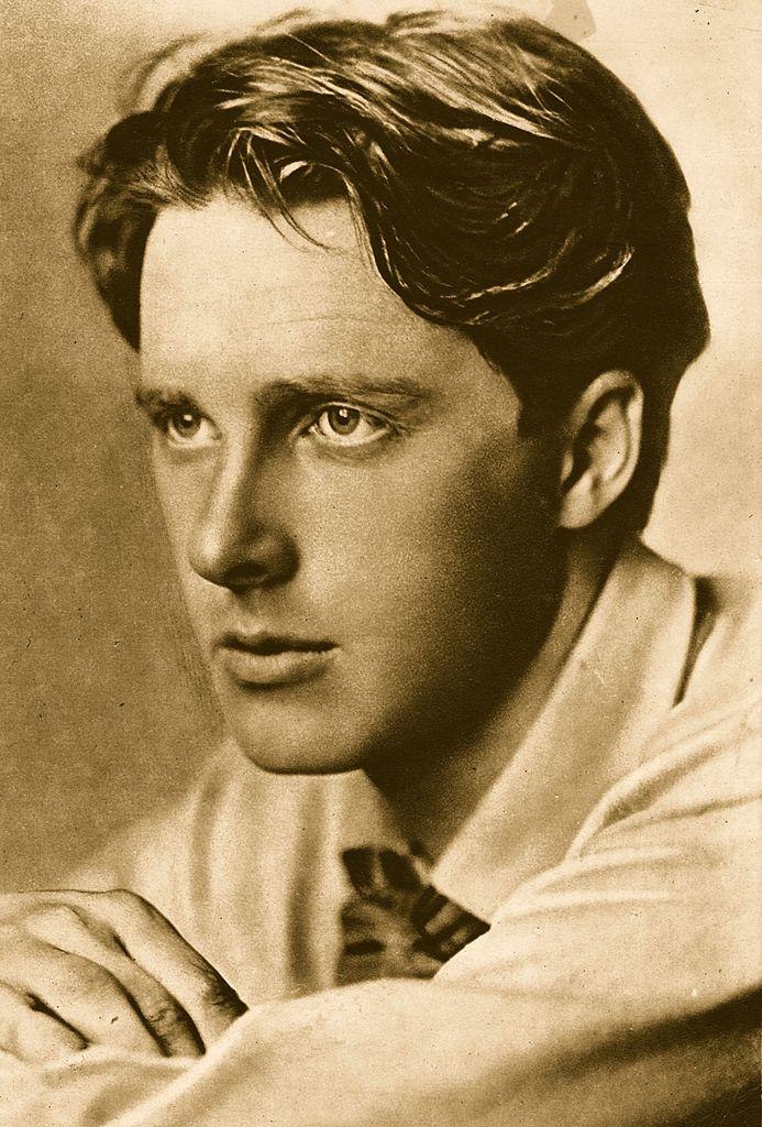 Ασπρόμαυρη φωτογραφία προφίλ του ποιητή Ρούπερτ Μπρουκ