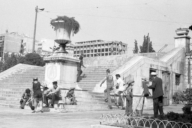 Πλανόδιος φωτογράφος στα σκαλιά της πλατείας Συντάγματος στο κέντρο της Αθήνας