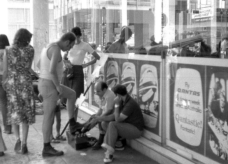 Λουστραδόρος σε στοά της πλατείας Ομονοίας σε ασπρόμαυρη φωτογραφία από το 1970