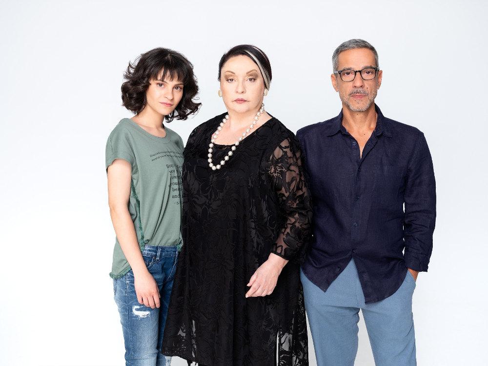Η Νίκη Ανυφαντή, η Μίρκα Παπακωνσταντίνου και ο Δημοσθένης Παπαδόπουλος στη φωτογράφηση για τη σειρά «Αστέρια στην Άμμο»