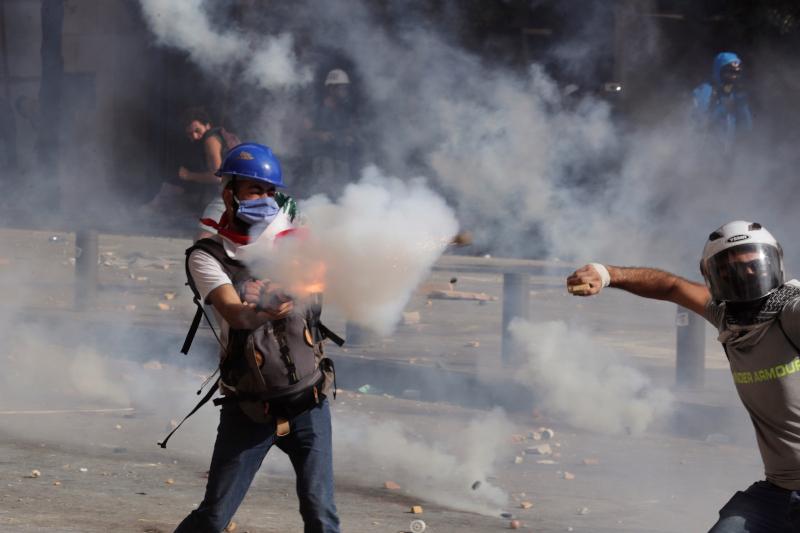 Διαδηλωτής με δακρυγόνα - Αυξάνεται η ένταση μεταξύ Λιβανέζων και αστυνομικών μετά την φονική έκρηξη στην Βηρυτό