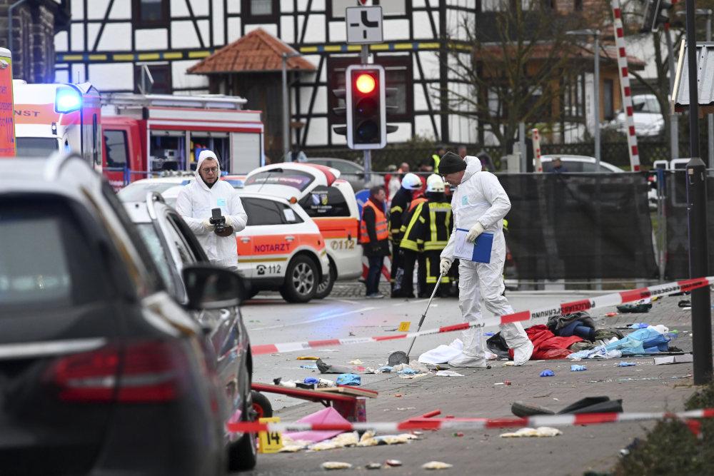 Άνδρες των Αρχών στο σημείο όπου οδηγός έπεσε πάνω σε πολίτες σε καρναβάλι στη Γερμανία