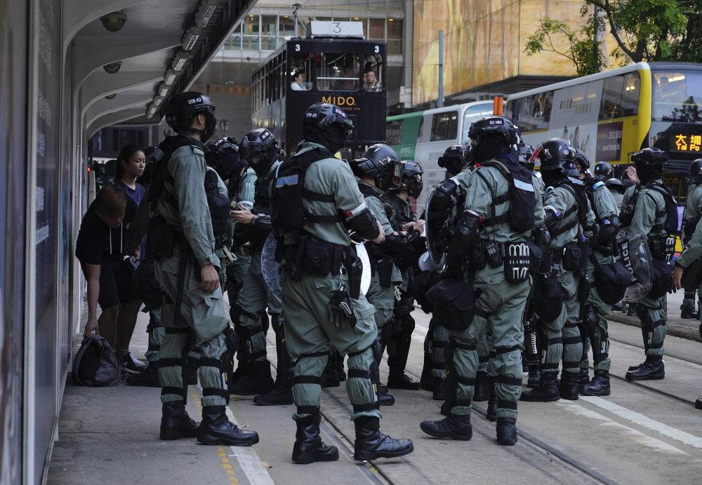 Ισχυρές δυνάμεις της αστυνομίας στους δρόμους του Χονγκ Κονγκ