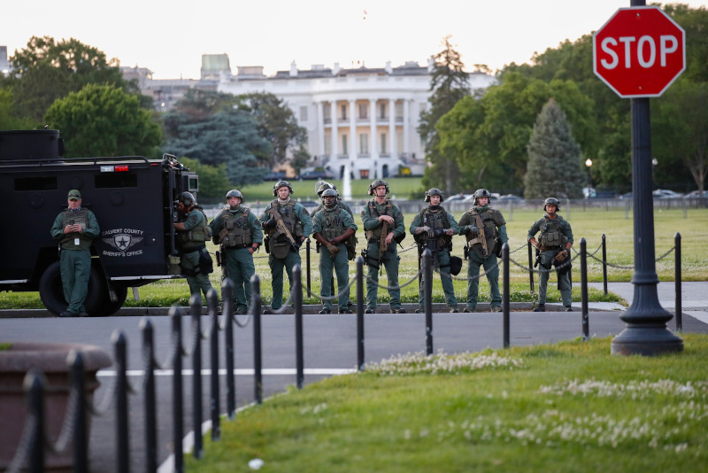 αστυνομικοί έξω από τον Λευκό Οίκο