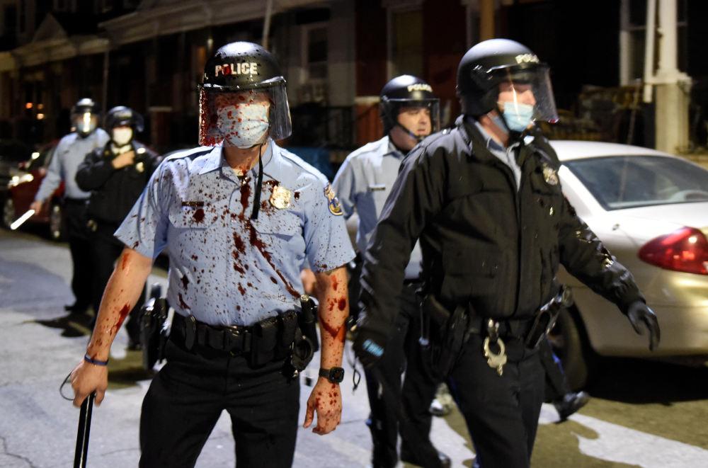Αστυνομικοί κατά τις αναταραχές στη Φιλαδέλφεια των ΗΠΑ