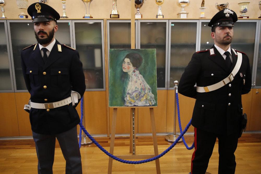 Άνθρωποι της ασφάλειας στο μουσείο της Πιατσέντσα μπροστά από τον διάσημο πίνακα που χάθηκε το 1997