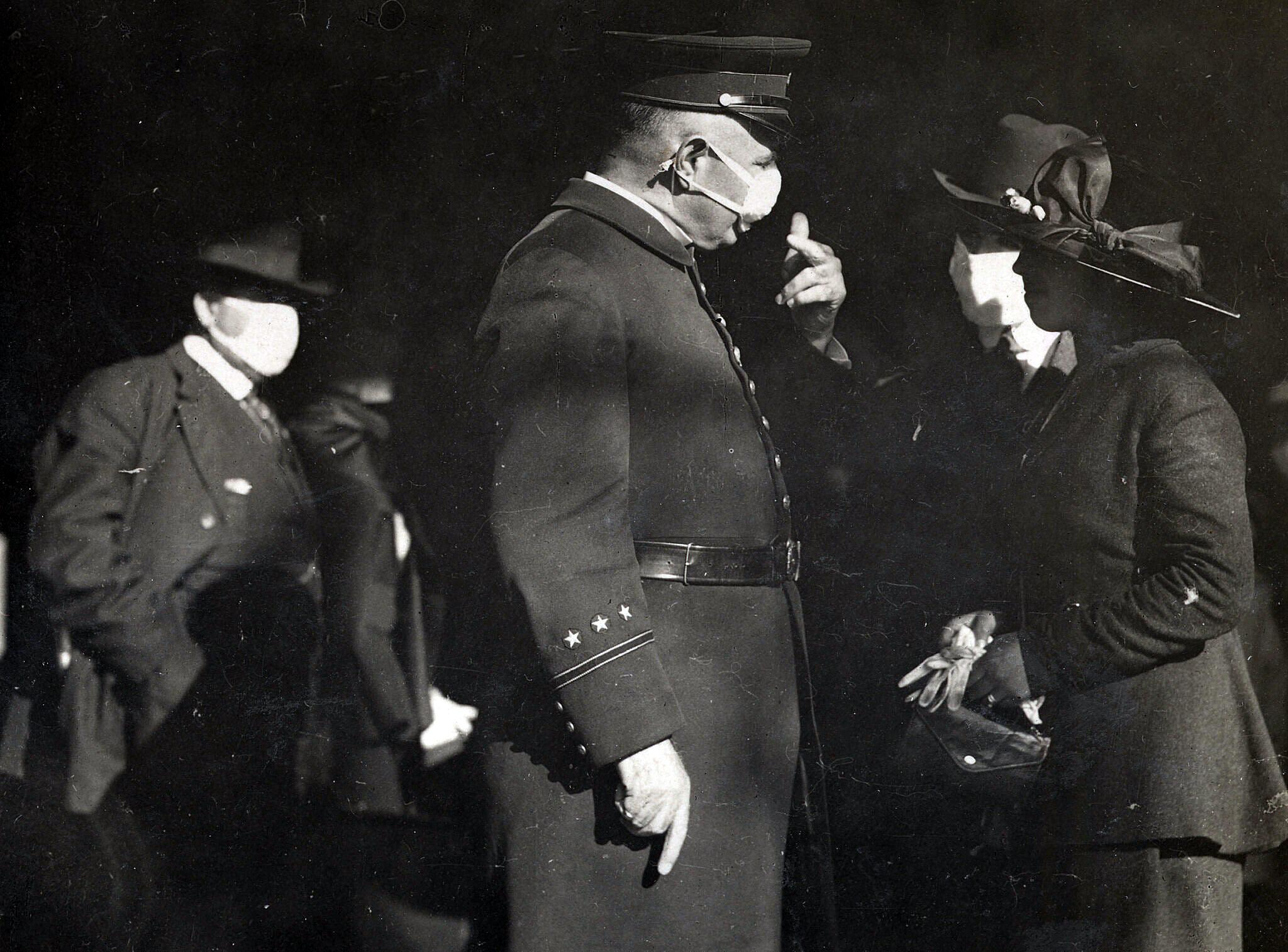 Αστυνομικός ελέγχει γυναίκα που δεν φορά μάσκα. Καλιφόρνια, 1918. Credit-Hamilton Henry Dobbin, via California State Library