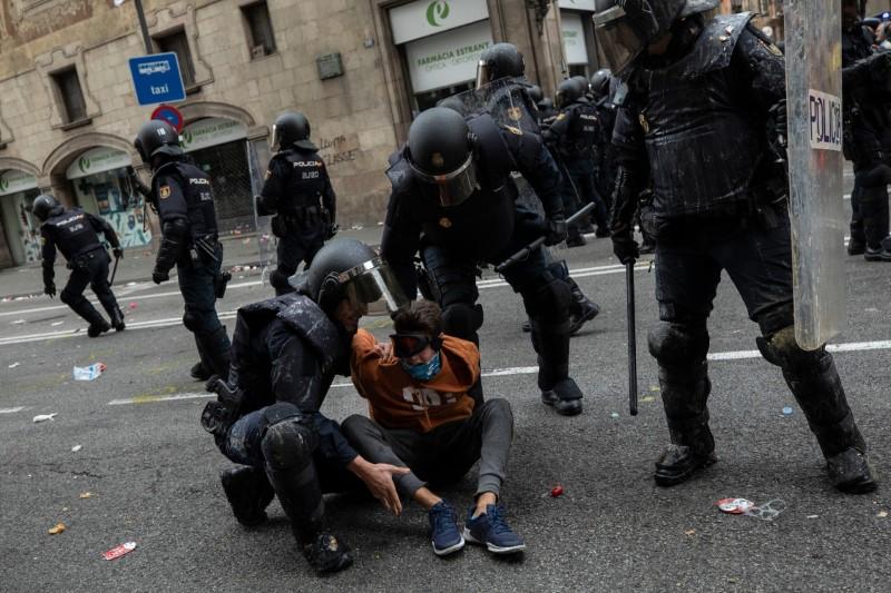 Αστυνομικοί συλλαμβάνουν έναν διαδηλωτή