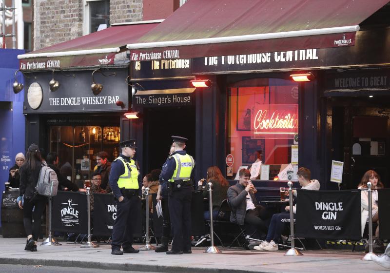 αστυνομία έξω από μπαρ στην Ιρλανδία