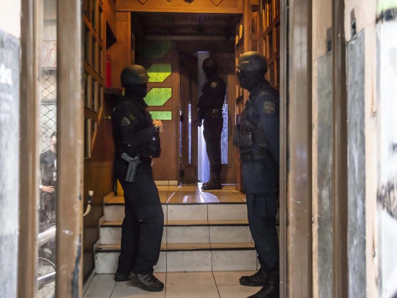 Αστυνομικοί στην είσοδο του υπό κατάληψη ξενοδοχείου στο κέντρο της Αθήνας