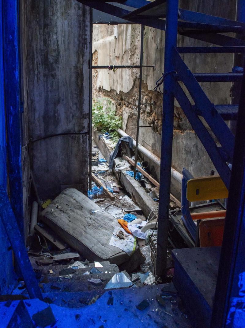Σκουπίδια και χαλάσματα στο κτίριο στην Ερεσού