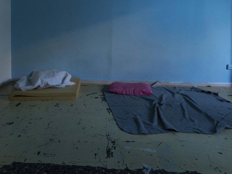 Κουβέρτες και στρώματα στο πάτωμα