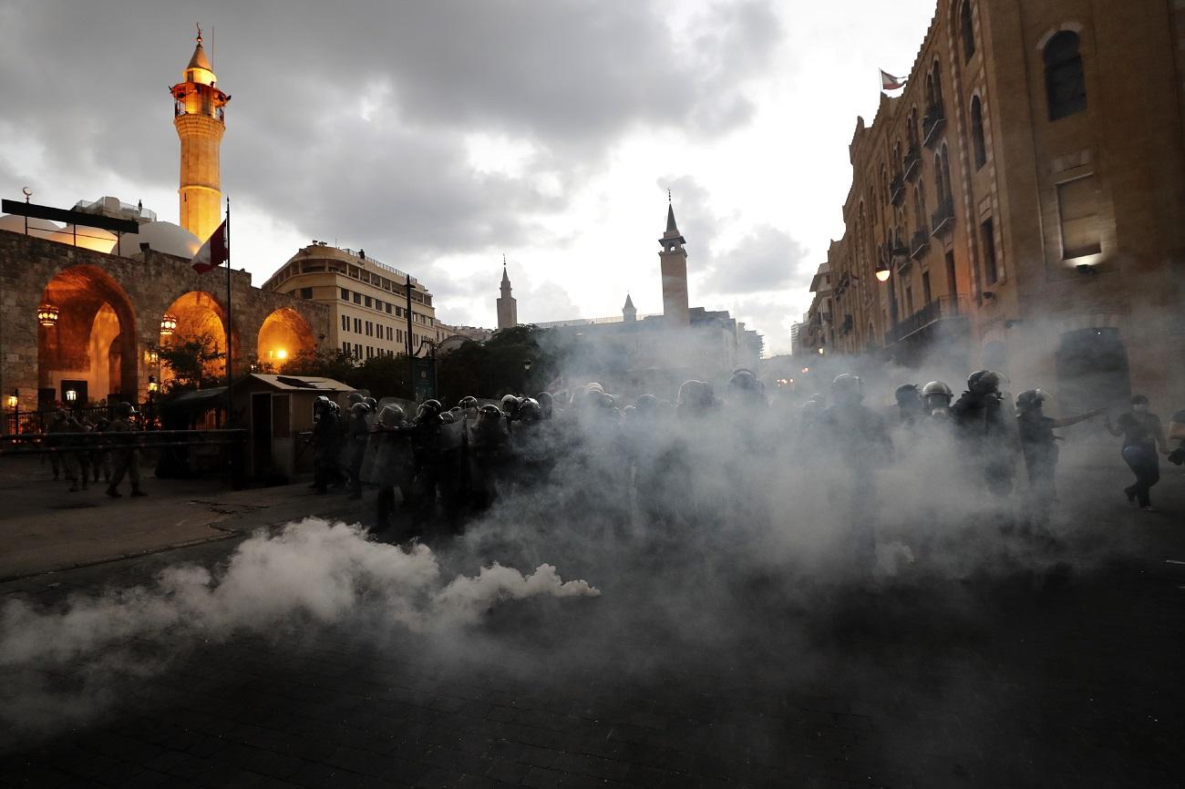 Δακρυγόνα μπροστά σε αστυνομικούς στον Λίβανο