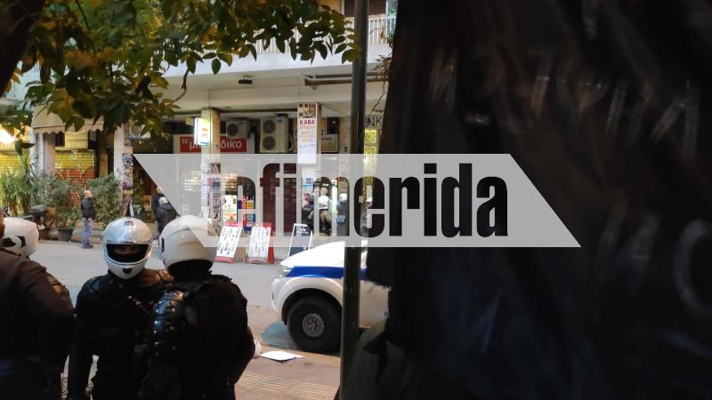 Αστυνομικοί έξω από την πολυκατοικία στα Εξάρχεια. Προσήγαγαν κουκουλοφόρους.