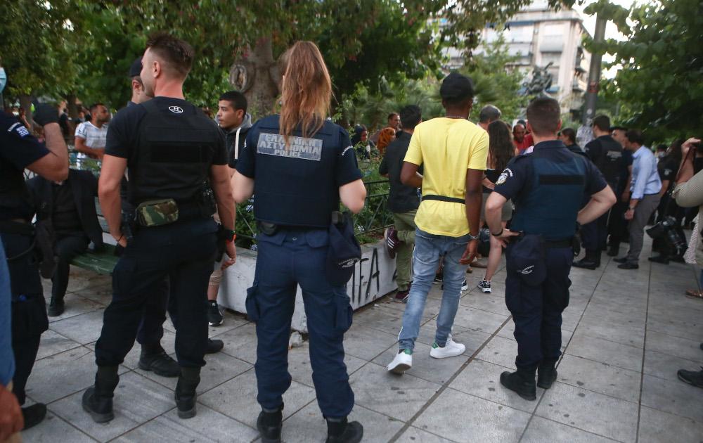 Αστυνομικοί στην πλατεία Βικτωρίας με συνωστισμό από μετανάστες