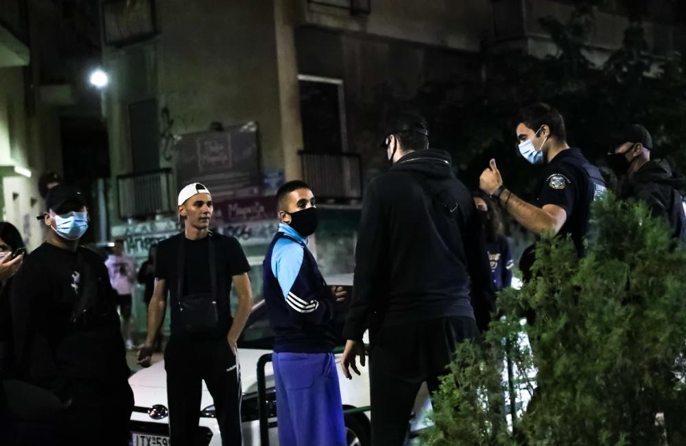 Αστυνομικοί απομακρύνουν κόσμο από την πλατεία Βαρνάβα
