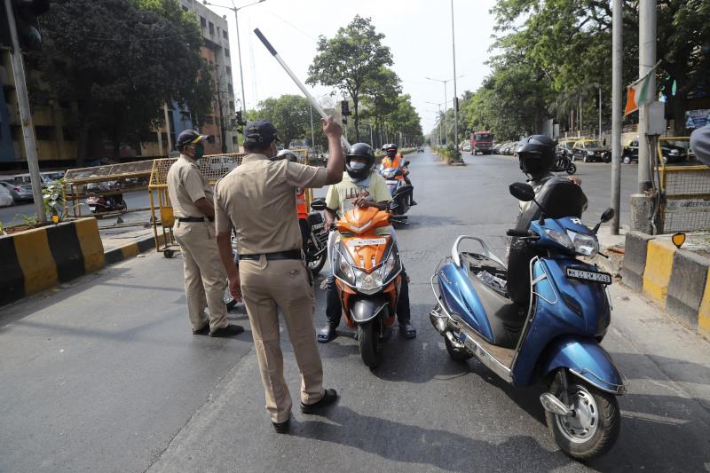 Αστυνομικοί σταματούν κόσμο στον δρόμο