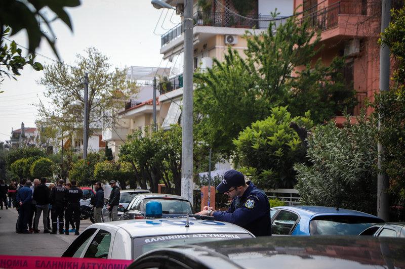Αστυνομικός σε περιπολικό, έξω από το σπίτι της τραγωδίας στο Χαλάνδρι