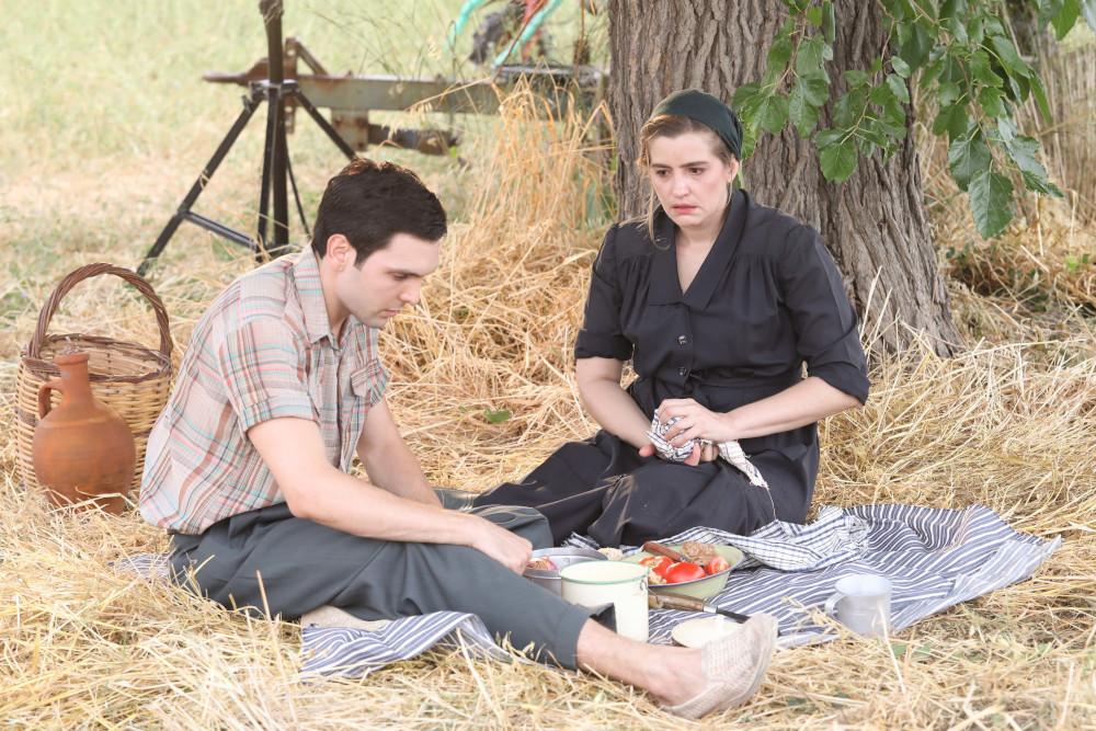 Ο Ιωάννης Αθανασόπουλος και η Μαρία Κίτσου σε σκηνή της σειράς «Άγριες Μέλισσες»
