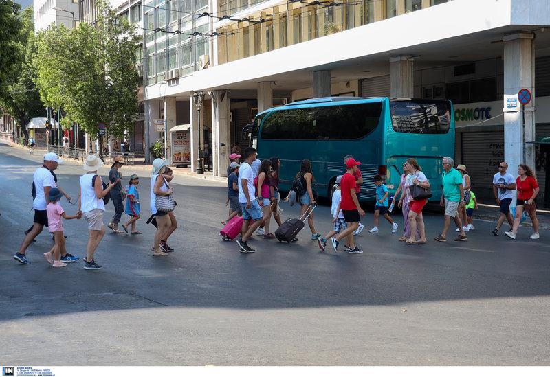 Τουρίστες περπατούν στην Αθήνα τον Δεκαπενταύγουστο