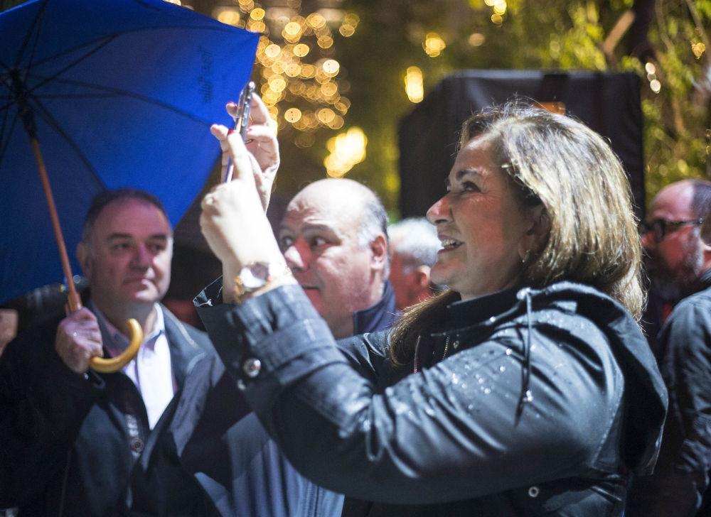 Η Ντόρα Μπακογιάννη παρά τη βροχή παρέμεινε στο Σύνταγμα και παρακολούθησε τη φωταγώγηση