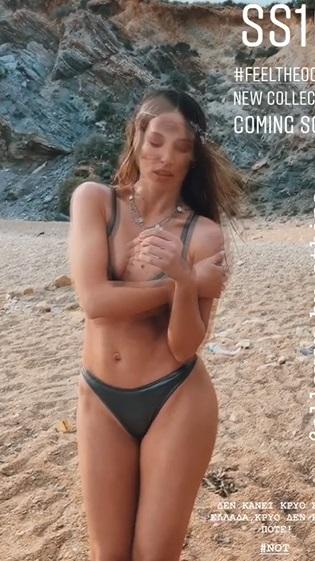 Αθηνά Οικονομάκου παραλία με μαγιό