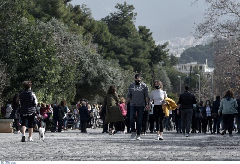 Κόσμος κάνει βόλτα γύρω από την Ακρόπολη και τον λόφο του Φιλοπάππου