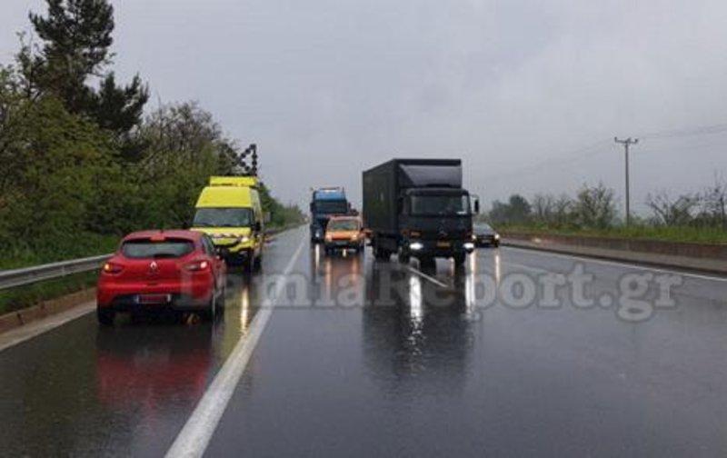 Το κόκκινο Renault που οδηγούσε ο ηλικιωμένος ανάποδα στην Αθηνών - Λαμίας