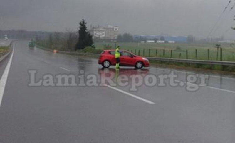 Υπάλληλος της Νέας Οδού έχει διακόψει την κυκλοφορία και οδηγεί το κόκκινο Renault, με τον ηλικιωμένο οδηγό, στη Λωρίδα Εκτακτης Ανάγκης.