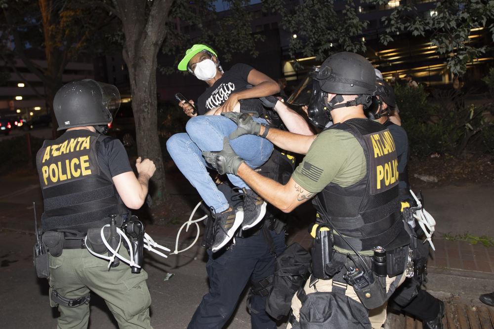 Επεισόδια μεταξύ διαδηλωτών και αστυνομικών στην Ατλάντα