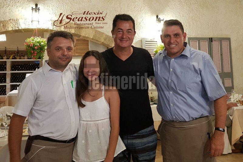 Ο Ατζουν Ιλιτζαλί σε φωτογραφία σε εστιατόριο
