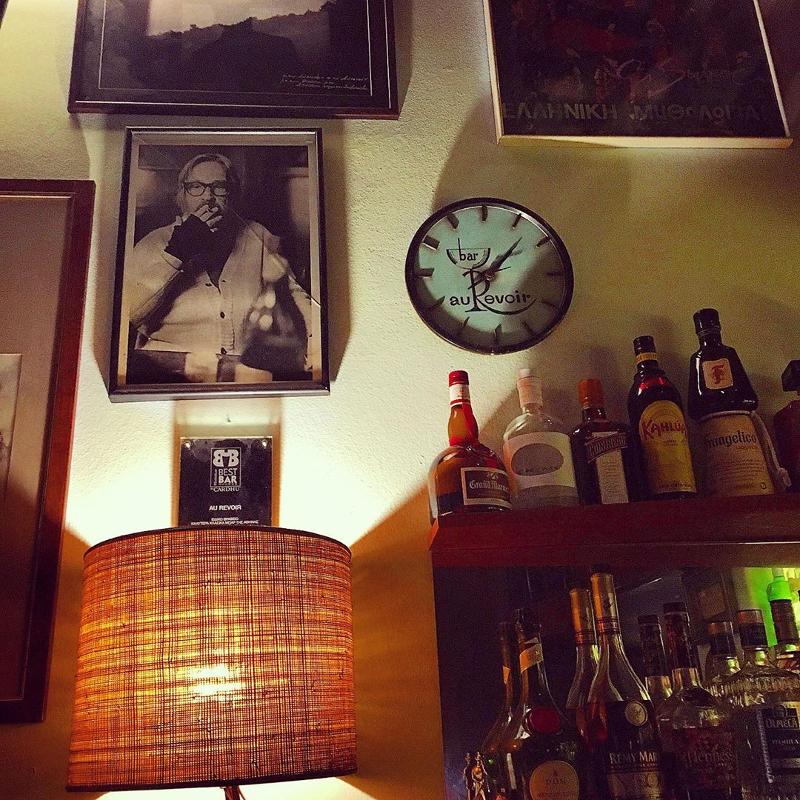 Μπουκάλια και πίνακες σε τοίχο