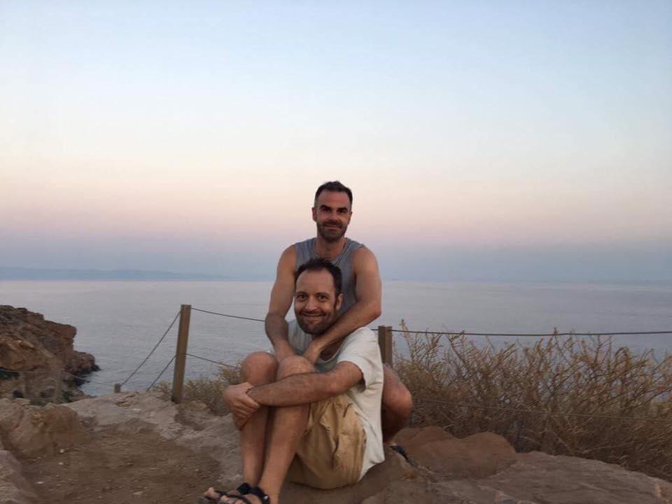 Ο Αύγουστος Κορτώ με τον σύζυγό του Τάσο σε φωτογραφία που ανάρτησε στο Facebook