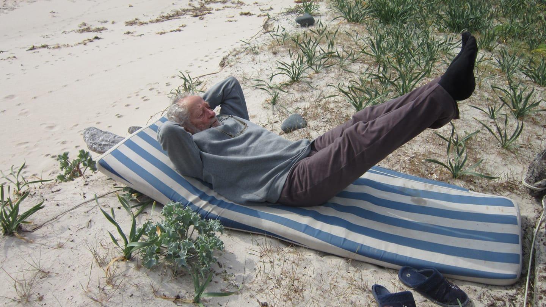 Ο 81χρονος περνά τον χρόνο του διαβάζοντας, κάνοντας γυμναστική και ανεβάζοντας φωτογραφίες στα social media