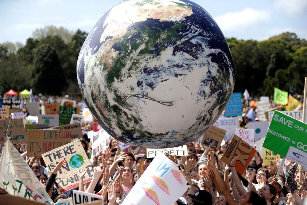 Μια πελώρια υδρόγειος πάνω από τους μαθητές που διαδηλώνουν για την κλιματική αλλαγή στην Αυστραλία / Φωτογραφία: AP Photos