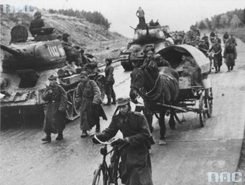 Ο στρατός μεταφέρει τανκς στο Βερολίνο μέσα από την Autobahn